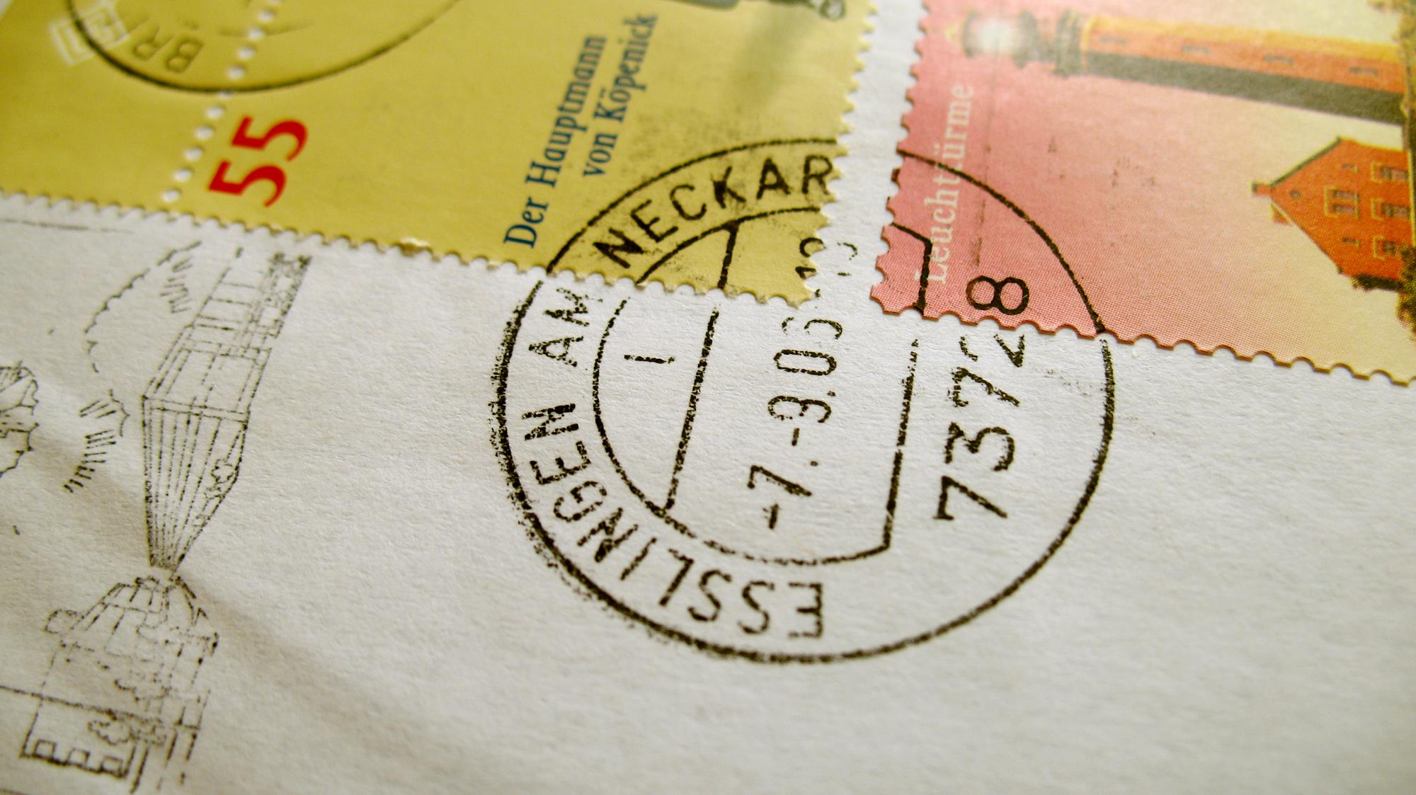Das Bild zeigt einen Brief mit Poststempel. Foto von Julian Beger